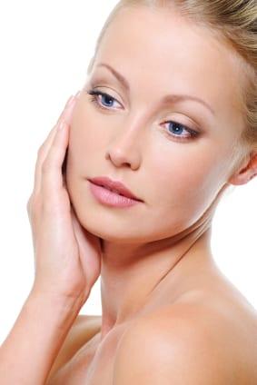 Portret femeie blond cu pielea sanatoasa dupa rejuvenare faciala